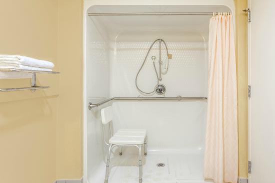 Super 8 Madison/Ridgeland Area: Accesible Bathroom