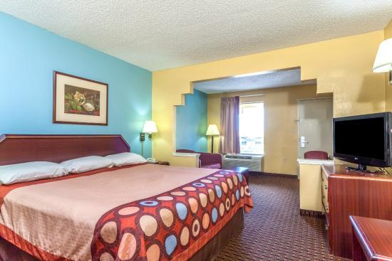 Super 8 Madison/Ridgeland Area: King Suite