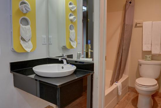 Motel 6 The Dalles: Bathroom