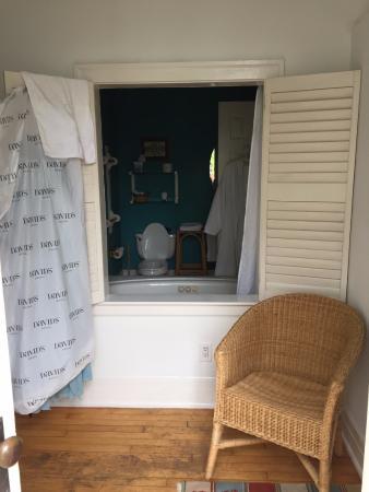 Front Street Inn: into the bathroom