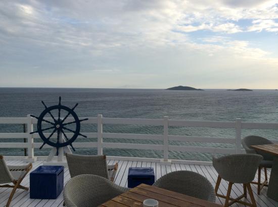 Hotel Perrakis: Εξωτερική βεράντα ξενοδοχείου