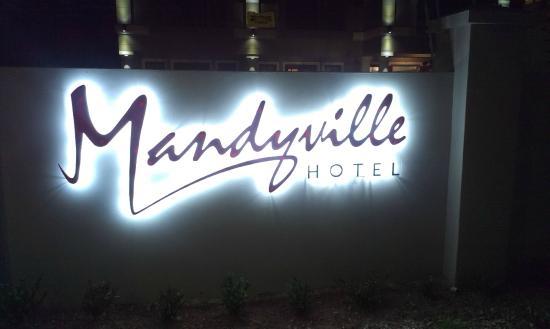 Mandyville Hotel: Mandyville at night