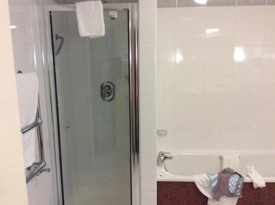 Park House Hotel: Shower and soaking tub