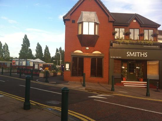 Smiths Restaurant: Next door to Eccles railway station