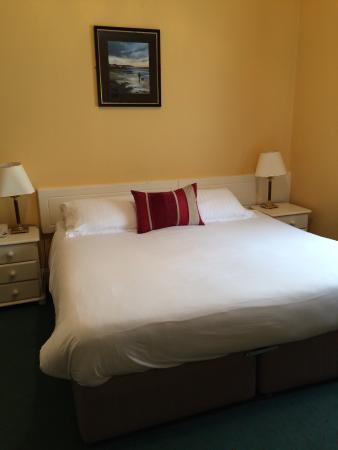 Lansdowne Arms Hotel: Very nice size rooms. Plenty of space. And very clean!