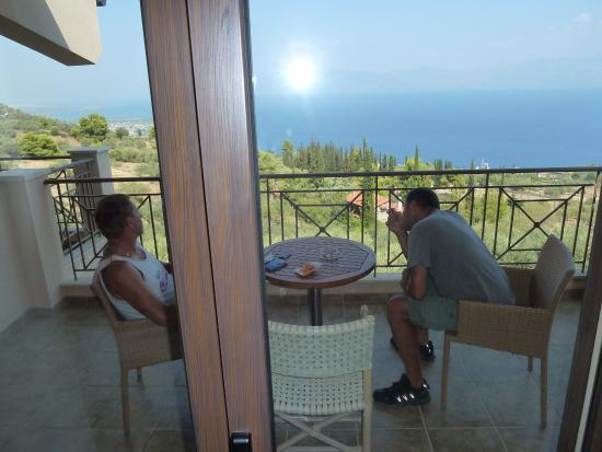 Diakofto, Grécia: Blick aus dem Zimmer auf die Terasse