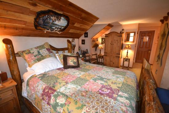 The Log House Lodge: Our room