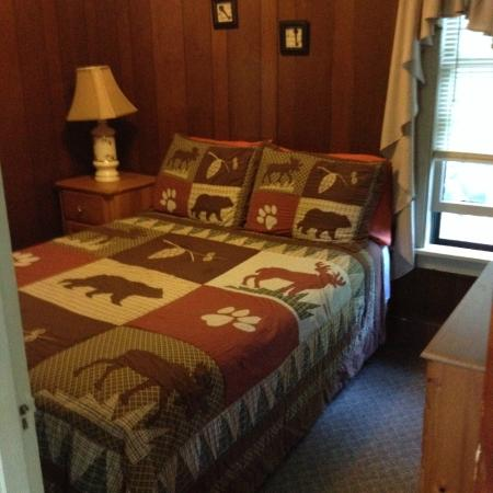 Cozy Cabins: Queen size bed slept like a baby