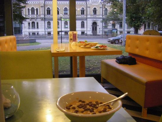Days Hotel Riga VEF : ontbijtzaal met uitzicht op de straat met tramhalte