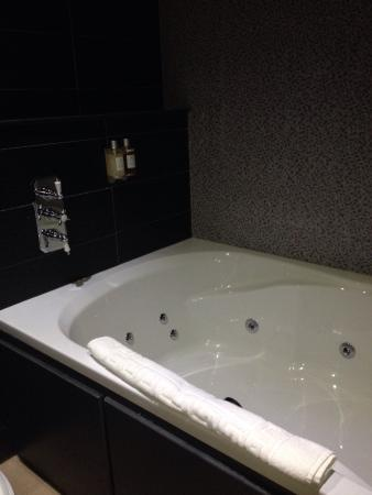 Double jacuzzi bath picture of the shankly hotel for Hotel jacuzzi 13
