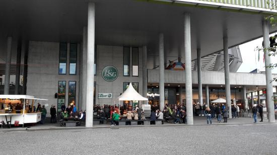 AFG Arena: Fan Bereich und Fanshop vor dem Spiel