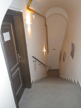 Emona Luxury Rooms: Interior stairwell to rooms