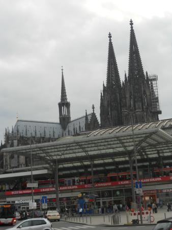 Breslauer Hof Hotel Am Dom: vista de la catedral y la estacion desde el hotel