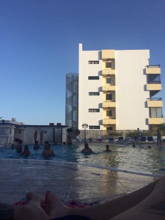 Tamaran Apartments: La piscina è sempre affollata con bambini della zona che giocano con la palla dalle 9 del mattin