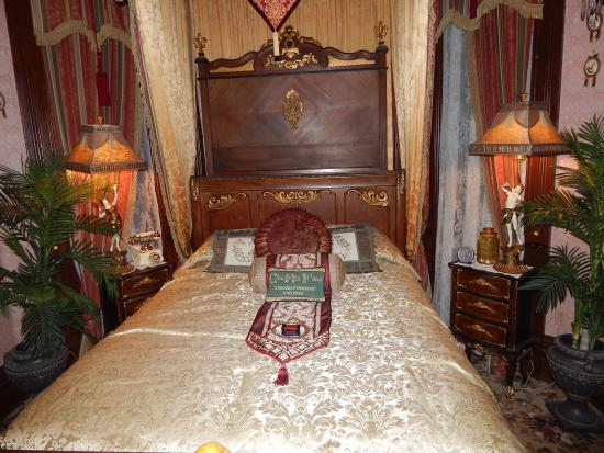 The Frederick Stegmaier Mansion: gorgeous bedroom