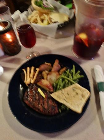 Sirloin/Crab Cake entree with potatoes, green beans and garlic bread