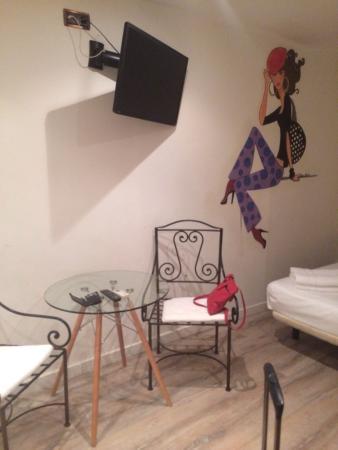AinB Las Ramblas-Guardia: No windows - no mirrors - no towel or bin change after-5-days - terrible customer service