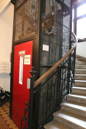 Appartements Ferchergasse: Elevator & spiral staircase to apartments