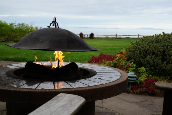 Colette's Bed and Breakfast Inn: Fire pit and view of Victoria