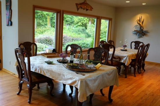 Colette's Bed and Breakfast Inn: Dining area set up for Happy Hour