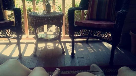 The Saragossa Inn B&B: Front porch sitting area of Homewood room with street view