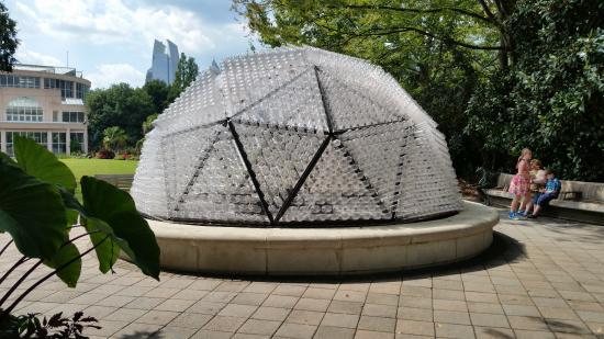 Escultura Feita Com Garrafas Pet Fotografía De Atlanta Botanical