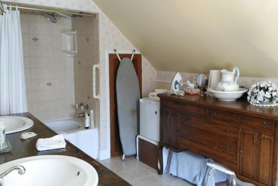 Azelia Farmhouse B & B: Bathroom
