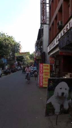 Indraprastha Hotel: По улице в сторону отеля