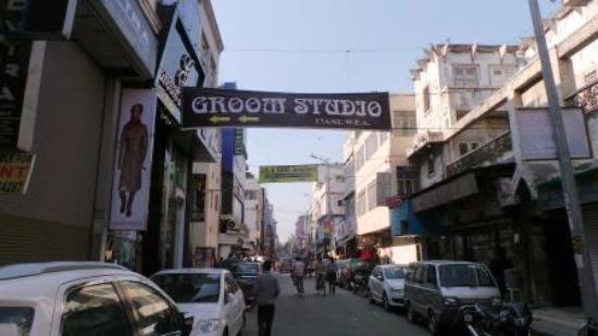 Indraprastha Hotel: Вид улицы со стороны отеля