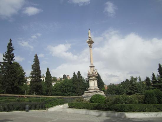 Majestuoso monumento a la virgen del triunfo fotograf a for Jardines triunfo granada