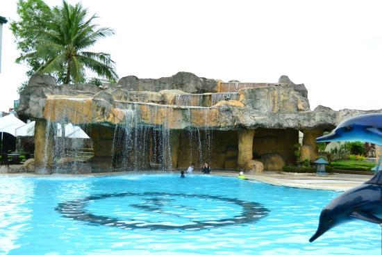 Pool waterfall picture of waterfront cebu city hotel casino cebu city tripadvisor for Cheap hotels in cebu city with swimming pool