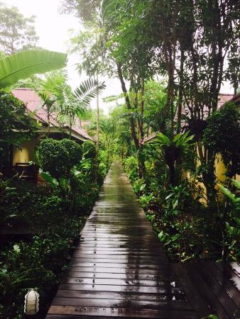 Sunda Resort: Connecting bridge to rooms from reception area