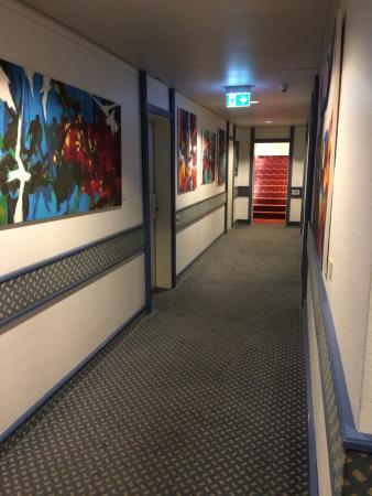 Carathotel Duesseldorf: 80's style paintings