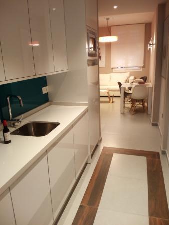 Cocina y pasillo, con sala al fondo: fotografía de Apartamentos ...