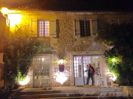 Hotel de France - Auberge du Musee : Night shot
