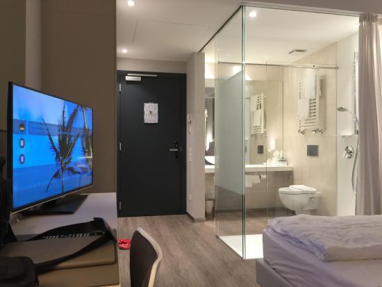 Hotel City Lugano: View from room corner - transparent bathroom