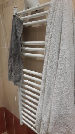 Jimi Hendrix Guesthouse: Sağdaki banyo havlusu tesise ait