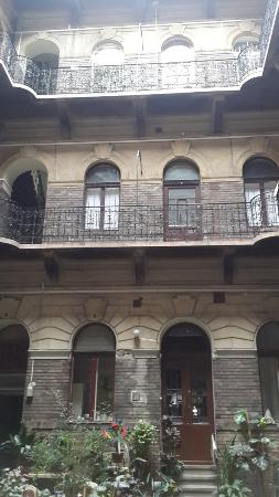 Jimi Hendrix Guesthouse: Avludan binanın genel görünümü.