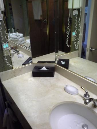 Барри, Канада: large bathroom vanity