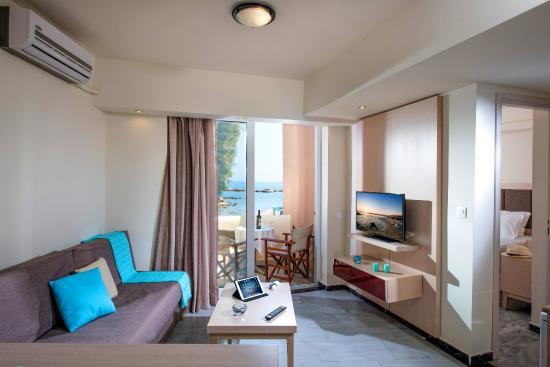 Nea Kydonia, Grecja: Apartment Living Room & Balcony with Seaview