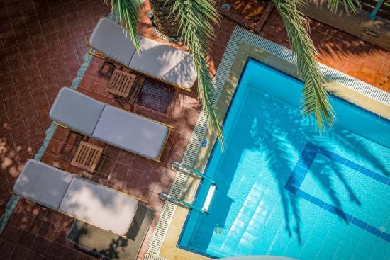 Nea Kydonia, Grecja: Swimming Pool & Sunbeds