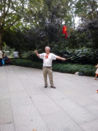Hangzhou Huanglongdong Yuanyuan Folk Park: Joggler