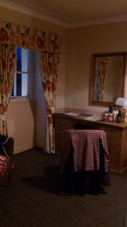 Lonsdale House Hotel: Desk in dressing room