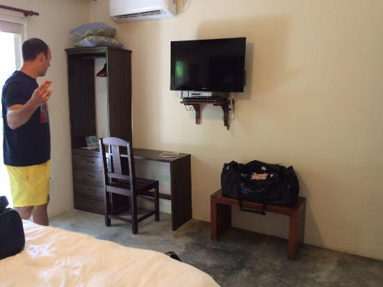 Pedasito Hotel: Habitacion y piscina
