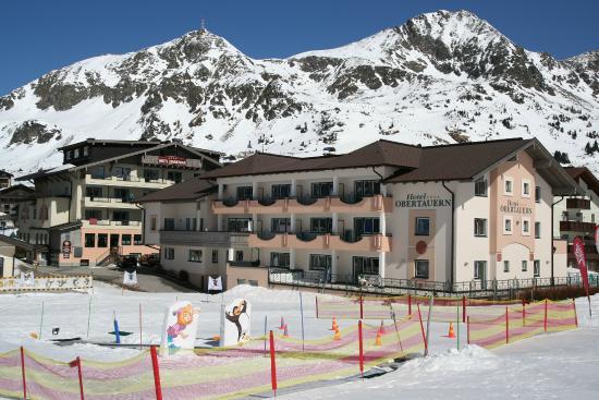 Hotel Obertauern Aussenansicht mit Kinderskischulsammelplatz