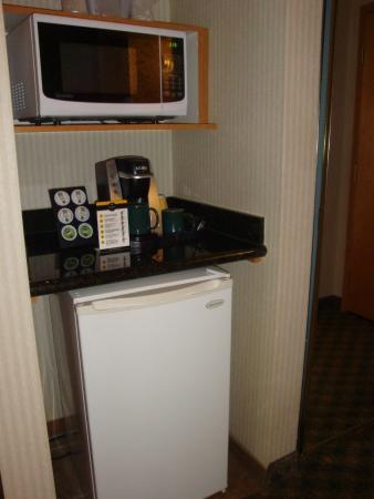 Holiday Inn Hotel & Suites North Vancouver: Keurig, microwave, fridge