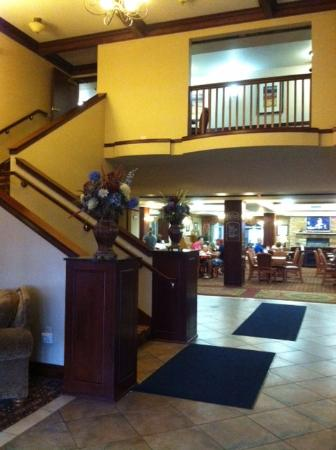 Holiday Inn Express Hotel & Suites Wausau: Lobby with breakfast room.