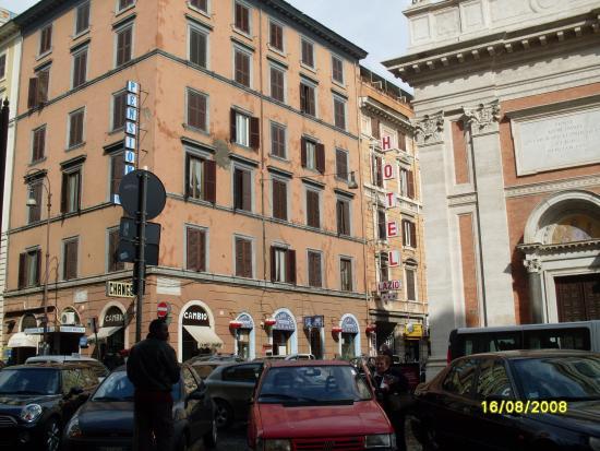 Lazio: Отель находится за этим домом.Вход через арку.