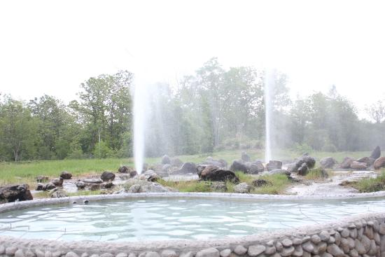 how to get to san kamphaeng hot springs