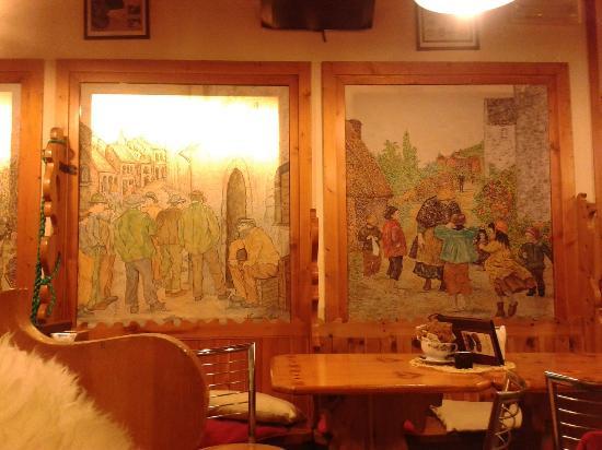 Bar Bormio: Картины на стенах в зале